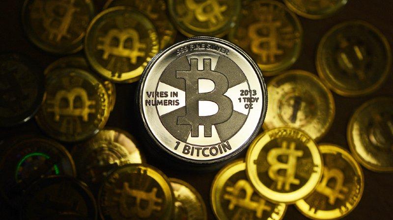 La récente flambée est d'autant plus spectaculaire que le bitcoin avait commencé l'année autour de 1000 dollars, avant de trébucher dans l'un des krachs qu'il connaît régulièrement.