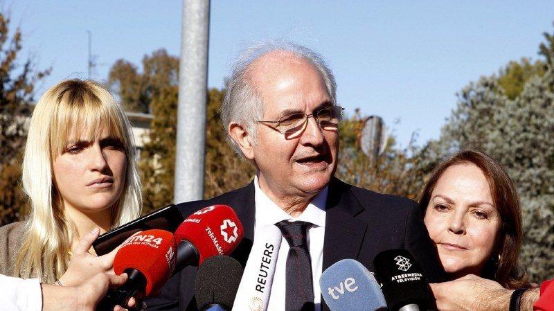 À son arrivée à Madrid, Antonio Ledezma a été reçu par le chef du gouvernement espagnol, Mariano Rajoy, qui affiche régulièrement son soutien à l'opposition vénézuélienne.