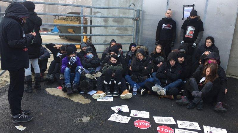 Une trentaine de militants antispécistes bloquent l'abattoir de Vich (VD)