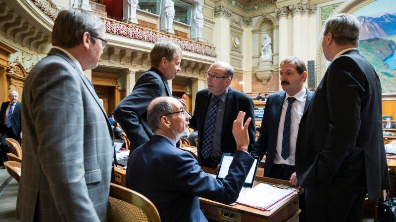 Regroupés autour du directeur de l'Union suisse des paysans, Jacques Bourgeois (assis), les élus du milieu agricole ont exprimé leur colère, hier, au Conseil national.