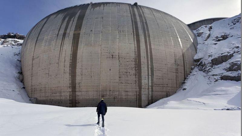 Vue inédite de l'intérieur du barrage d'Emosson lors d'une purge en 2012.