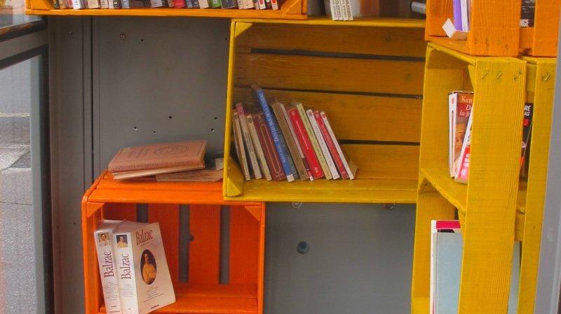 Une cabine téléphonique de Monthey devient une bibliothèque miniature