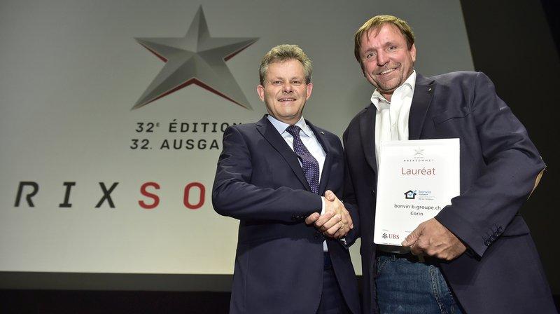 Vincent Bonvin de l'entreprise Bonvin b-groupe.ch reçoit le trophée du Prix Sommet des mains d'Iwan Willisch, directeur régional d'UBS Valais.