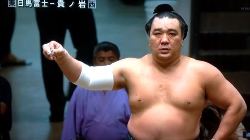 Le scandale, qui a eu un énorme retentissement au Japon, a éclaté au grand jour mardi et a déjà contraint Harumafuji, 33 ans, à s'excuser publiquement devant les médias.