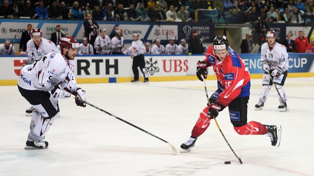 La Suisse (ici Gregory Hofmann) poursuit sa préparation olympique durant la Coupe Spengler.