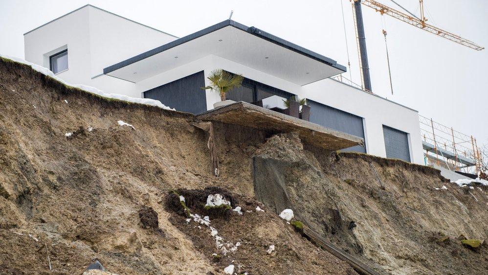 La terrasse de la villa semble comme suspendue dans le vide. Tout le monde avait assuré au couple propriétaire depuis avril que rien ne se passerait.