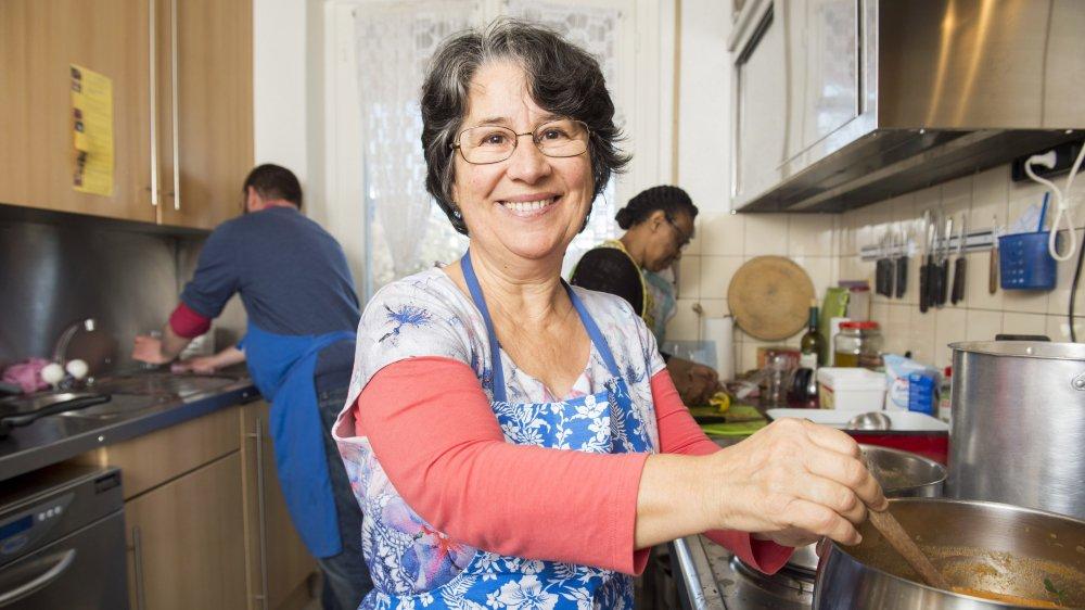 Edite Correia, ici dans la cuisine de la structure Hôtel-Dieu, avec Guillaume Bahy, bénévole et Marie-Jeanne Mukarugomwa.