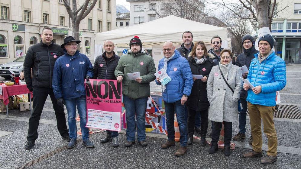 Des représentants des médias audiovisuels du canton sans micro ni caméra pour une action de rue