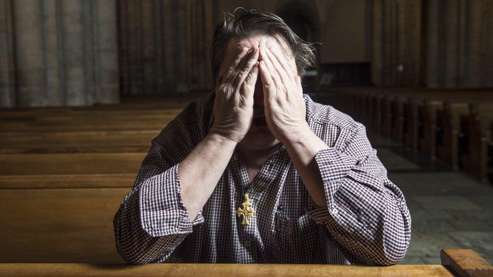 Dans l'église, au moment de poser pour la photo, Jérémie* n'a pu cacher son émotion en pensant aux enfants abusés par des prêtres.