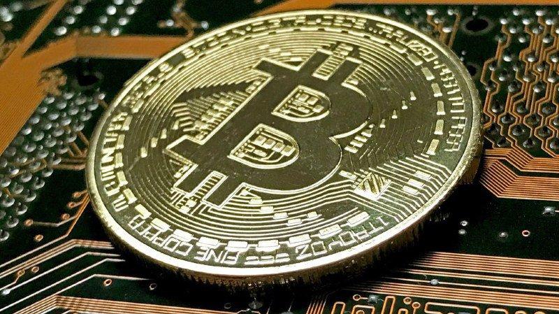 Monnaie virtuelle: le bitcoin remonte la pente après s'être effondré la semaine passée
