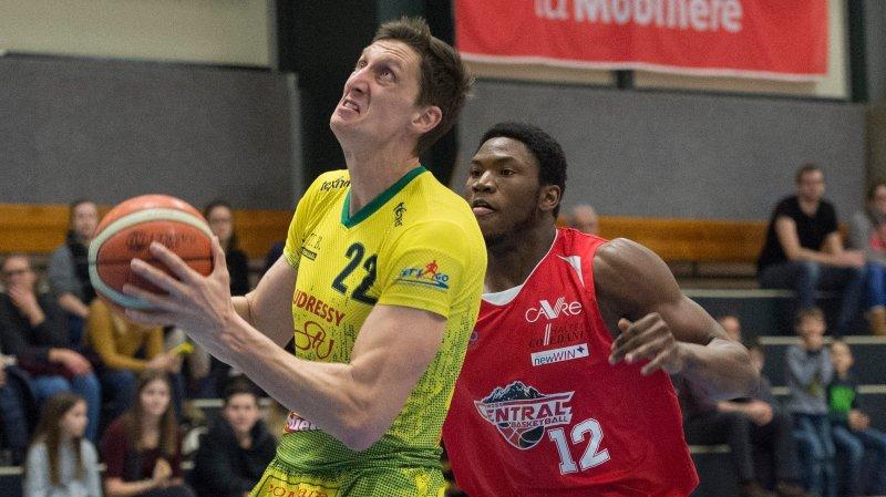 Uros Nikolic devance Eric Thompson. Le Serbe s'est montré très solide sous le panier.