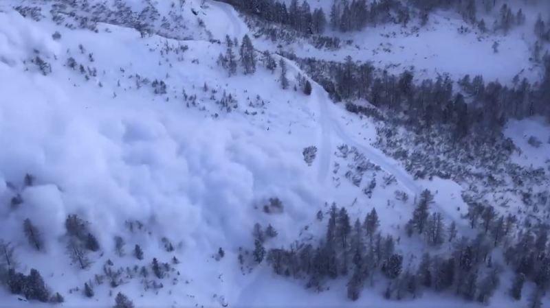 Les images saisissantes de deux déclenchements d'avalanche en Valais et aux Diablerets