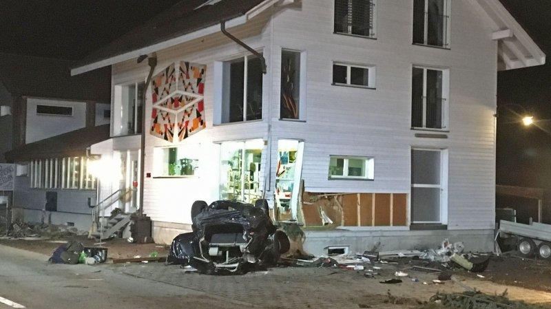 La maison a subi d'importants dégâts et le conducteur a dû être désincarcéré.