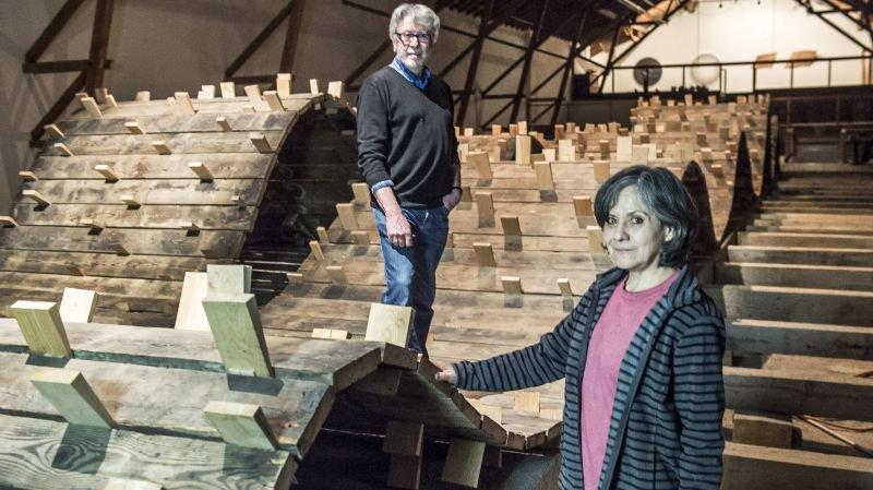 """Pierre-Alain Zuber et Carmen Perrin, tous deux artistes et anciens enseignants à la HEAD de Genève. présentent l'installation """"Cela va faire des vagues"""", impressionnante houle faite à partir du plancher de la Ferme-Asile."""