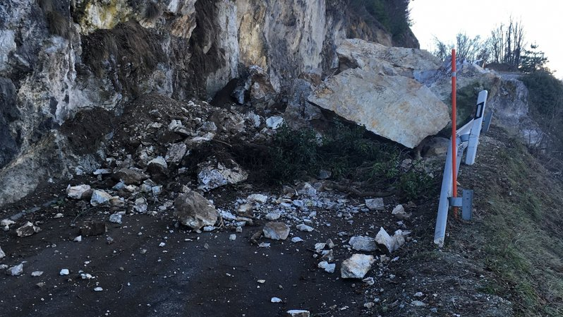 Des blocs de roche se sont détachés de la paroi durant la nuit.