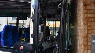Le bus scolaire s'encastre dans un magasin, 49 blessés