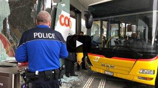 Sion: un car postal emboutit une vitrine en l'absence de son chauffeur