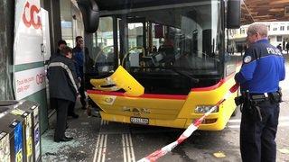 Un car postal emboutit une vitrine à Sion