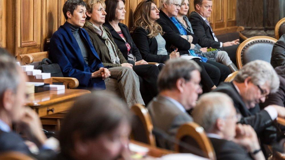 Assises dans le fond de la salle de la Chambre des cantons, plusieurs conseillères nationales ont tenu à assister au débat.