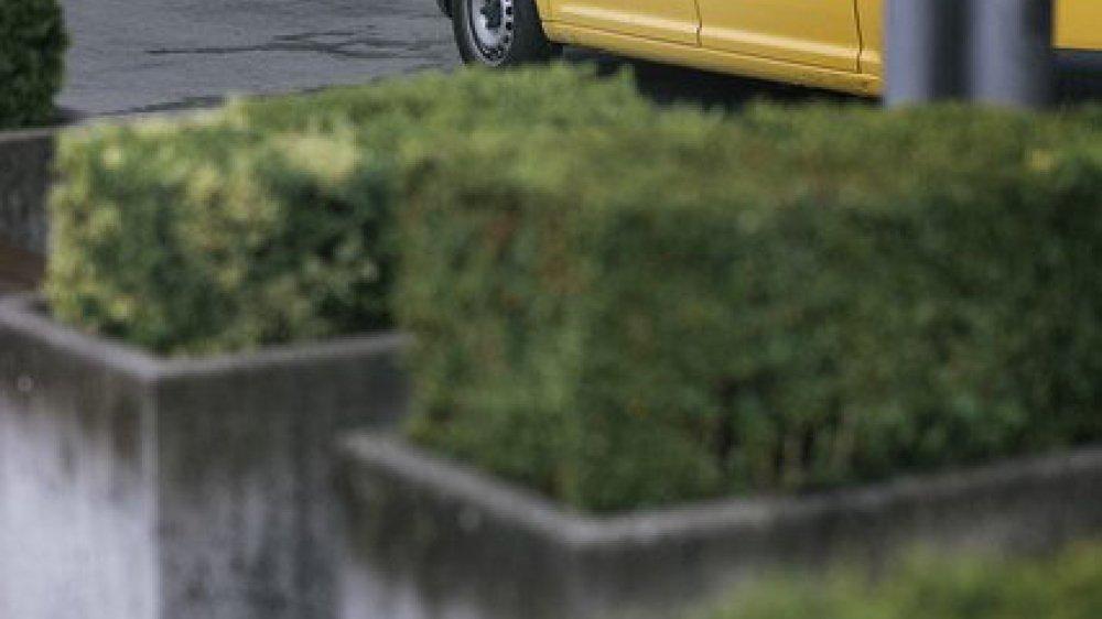 La Poste a donné de fausses  dates d'expertise pour 1400  véhicules en 2003.