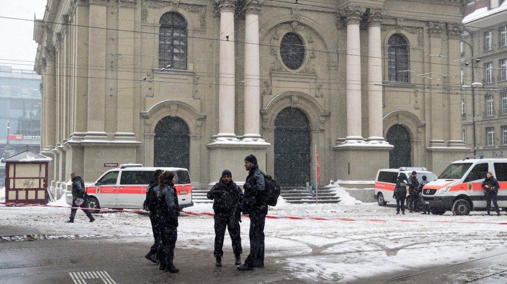 Les alentours de l'église du Saint-Esprit, à côté de la gare de Berne, ont été bouclés, hier après-midi.