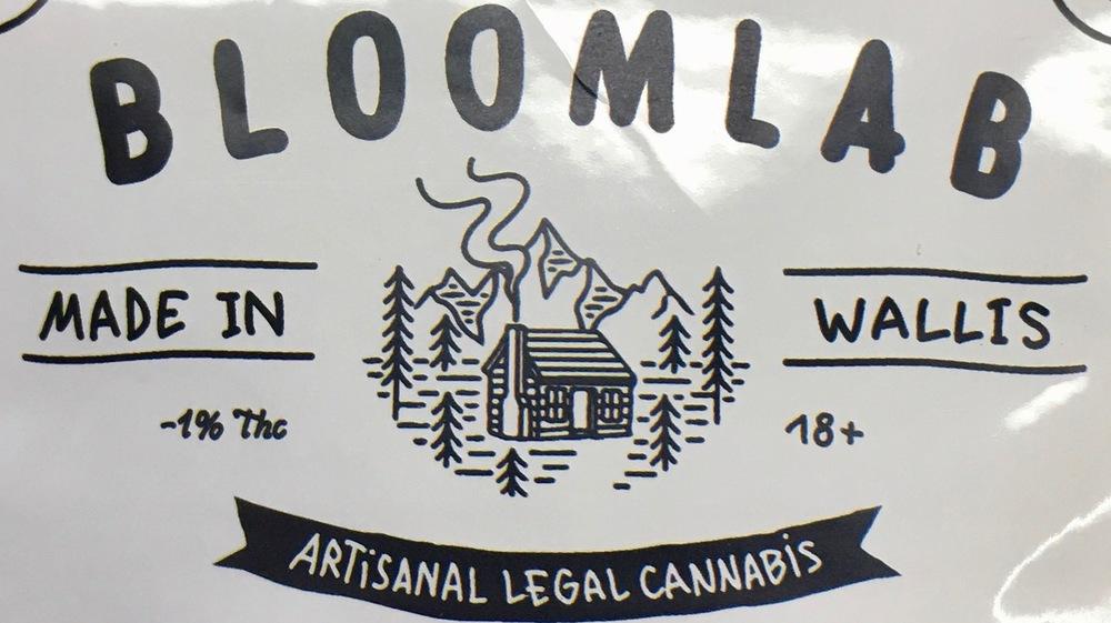 Les paquets de CBD légal, en vente depuis l'an dernier, n'entrent pas vraiment en concurrence avec l'herbe stupéfiante illégale.