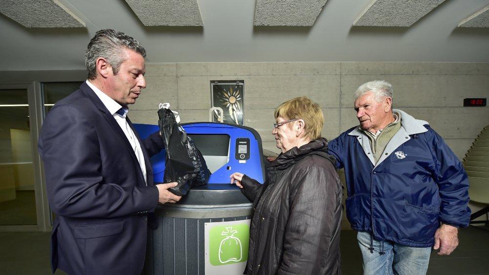 Daniel Germanier, représentant du fournisseur (Debrunner Acifer), explique aux citoyens comment fonctionne le nouveau système.