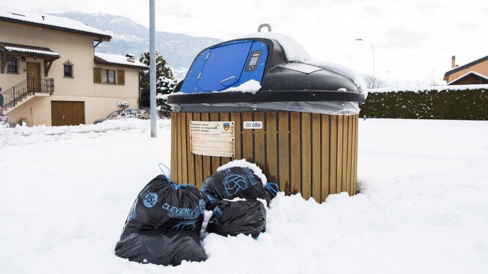 Certains citoyens ont dû abandonner leur sac devant le molok car ce dernier ne s'ouvrait pas.
