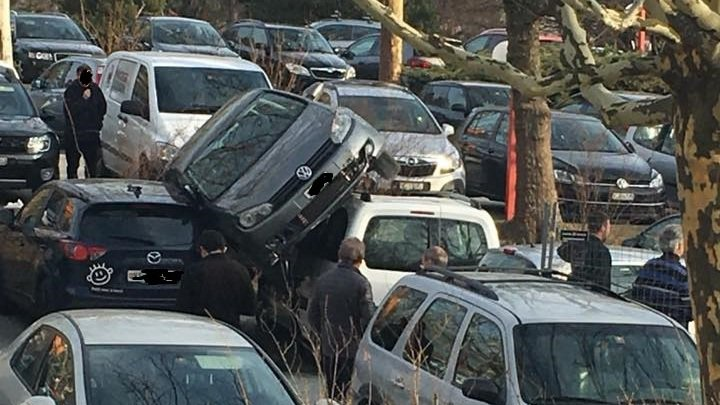 Une façon particulière de se parquer au parking de l'hôpital de Sion...