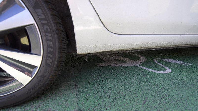 Vers des zones de stationnement réservées aux véhicules électriques en Suisse