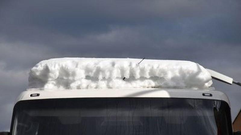 Soleure: un car suédois arrêté avec 1600 kg de neige sur le toit