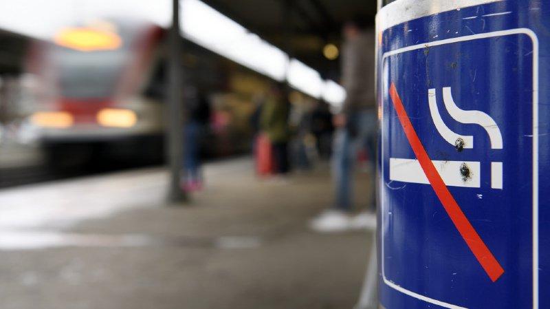 Depuis ce jeudi, il est interdit de fumer dans la quasi totalité des gares de Bâle, Bellinzone, Coire, Neuchâtel, Nyon et Zurich Stadelhofen.