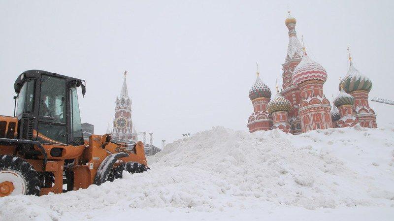 La poudreuse atteignait 43 cm lundi, provoquant l'annulation d'une centaine de vols dans les aéroports de Moscou et des embouteillages dans de nombreuses artères, avec une température de -13 degrés.
