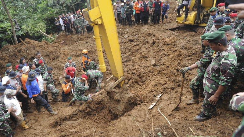 Des centaines de secouristes parmi lesquels des militaires, policiers et habitants remuent la terre et les débris pour tenter de retrouver deux autres personnes ensevelies.