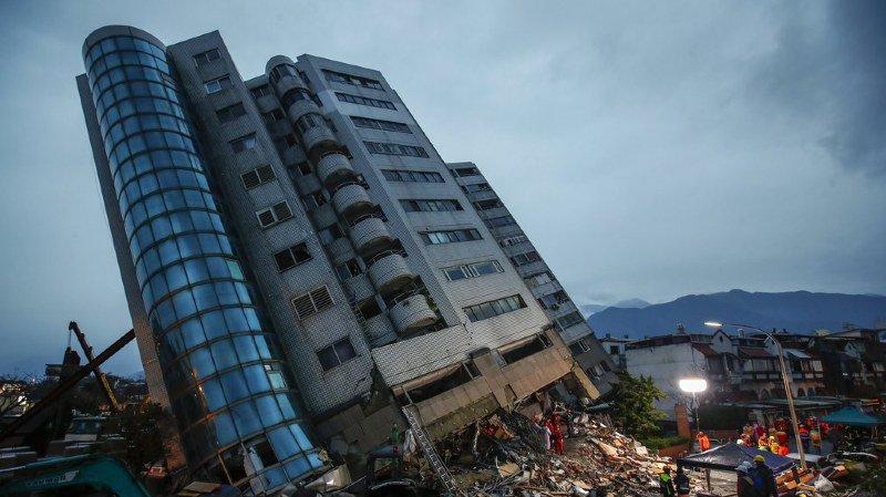 Sous l'effet de la secousse principale, les étages inférieurs d'un complexe résidentiel de 12 étages se sont écroulés sur eux-mêmes.