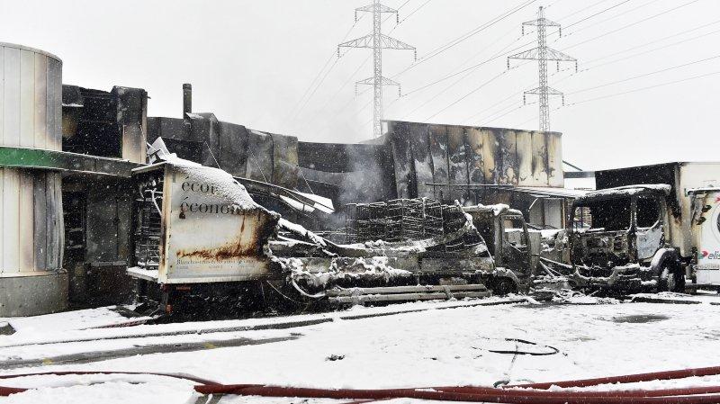 La halle industrielle ravagée par les flammes durant la nuit de mercredi à jeudi appartient à la société Blanchival.