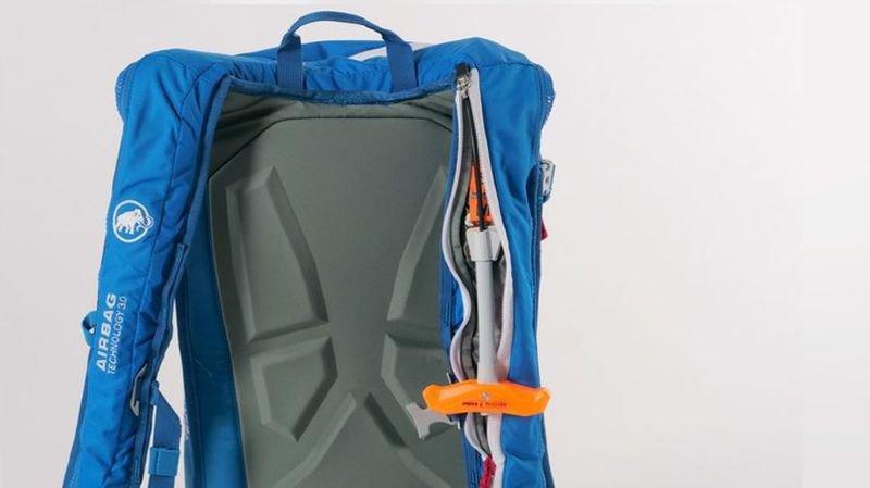 Les airbags d'avalanche concernés sont reconnaissables par leur poignée de déclenchement orange fluo.