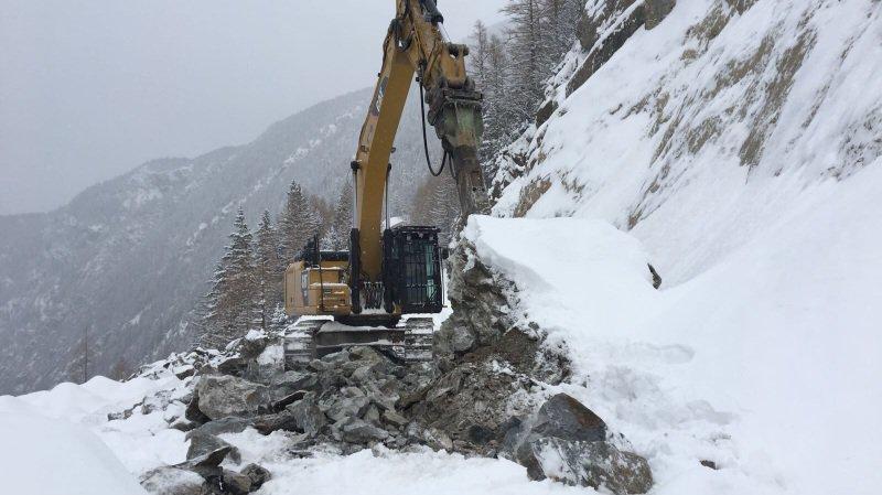 La neige et la présence de gros blocs de roche perturbent le déblaiement de la route.
