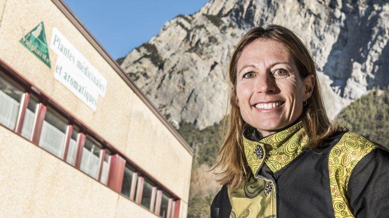 Posant devant le site de Valplantes à Sembrancher, qui va prochainement être transformé, Martine Jaques-Dufour est la nouvelle coordinatrice du PDR au Grand-Entremont.