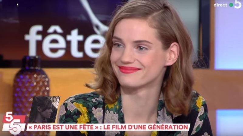 """La comédienne sédunoise Noémie Schmidt a séduit mercredi soir sur le plateau de """"C à vous"""", sur France 5."""