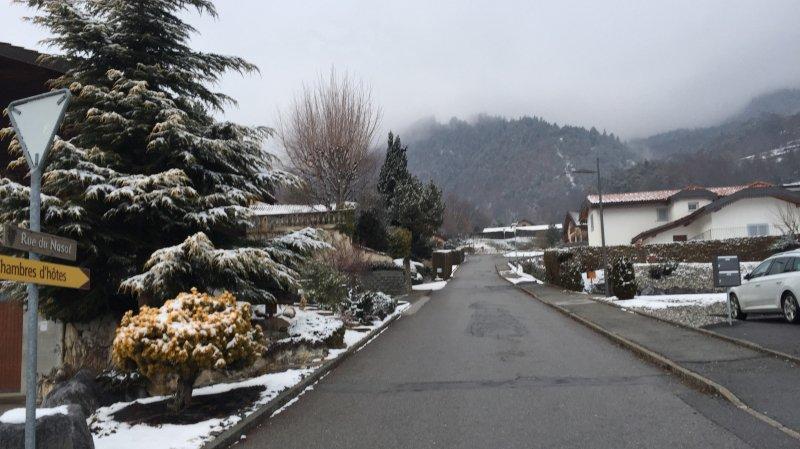 C'est dans cette rue en haut du village de Chamoson que le corps du septuagénaire a été retrouvé inanimé.