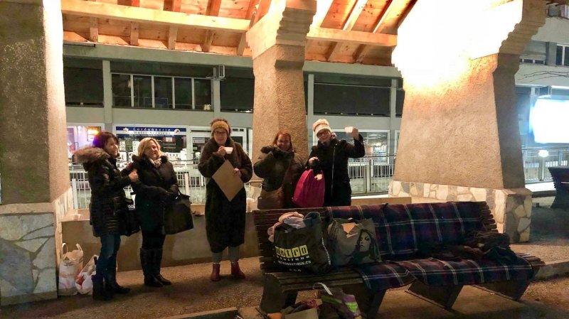 Après un appel sur Facebook, des citoyens de la régions se sont retrouvés sur la place du Scex pour y amener du matériel chaud.