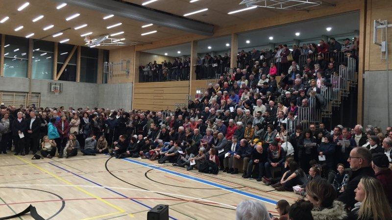 Des centaines de personnes ont assisté à la séance d'information jeudi soir.