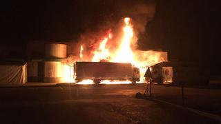Halle industrielle ravagée par le feu à Sion