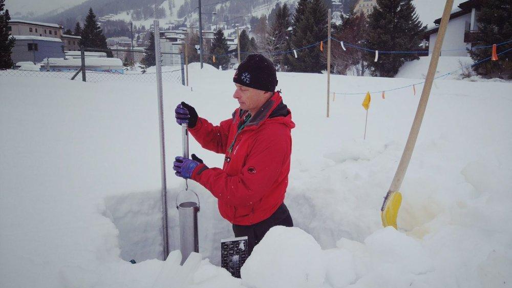 Christian Simeon effectue un relevé du profil de la neige.