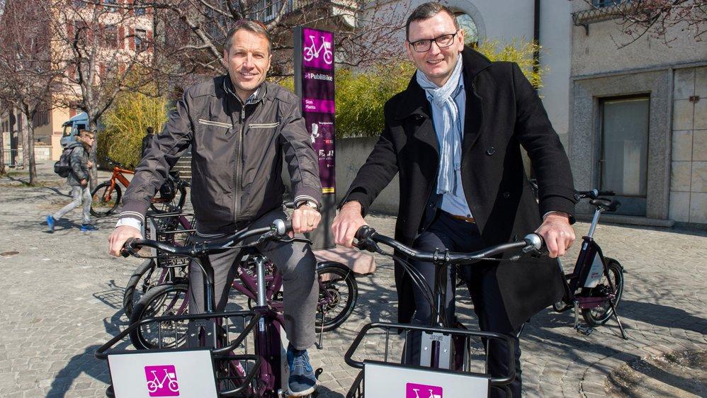 Christophe Clivaz, conseiller en charge de la mobilité, et Bruno Rohner, directeur de PubliBike, au guidon de nouveaux vélos.
