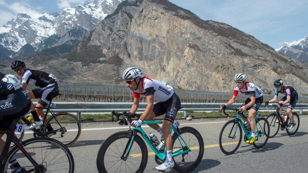 Antoine Debons emmène Anthony Rappo derrière lui. Martin Schäppi, le futur vainqueur, est déjà à l'avant.