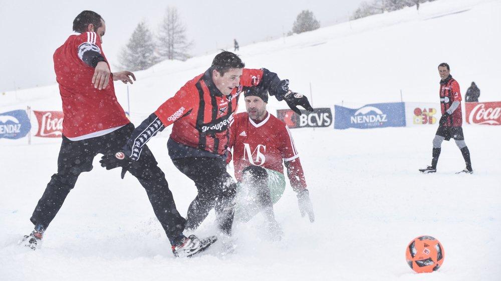 L'ambiance était bon enfant samedi sur le lac gelé de Tracouet à l'occasion du match de gala sur neige.