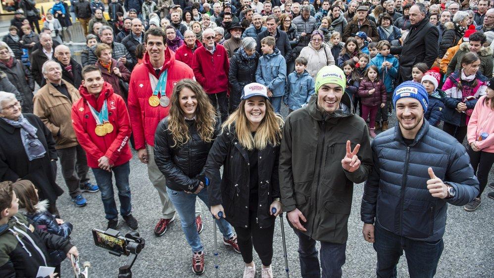 Théo Gmür, Ramon Zenhäusern, Patrizia Kummer, Mélanie Meillard, Daniel Yule et Luca Aerni. rencontrent le public à la place du Midi à Sion.