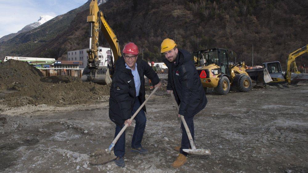 Norbert Eyer, président du HC Viège et Sébastien Pico, CEO, donnent un premier coup de pelle symbolique à la nouvelle patinoire. Dans dix-huit mois, ils recevront les clés de la Lonza Arena.
